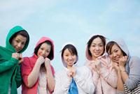 パーカーのフードをかぶった日本人の若者 10272000655| 写真素材・ストックフォト・画像・イラスト素材|アマナイメージズ