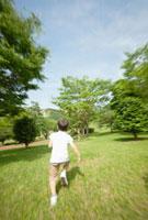 芝生を走る日本人の男の子