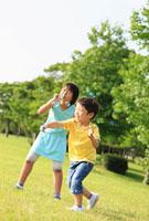 公園で遊ぶ姉と弟