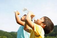 水を飲む弟と姉