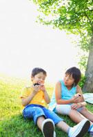 おにぎりを食べる姉と弟