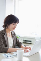 パソコンをする日本人のビジネスウーマン 10272000775  写真素材・ストックフォト・画像・イラスト素材 アマナイメージズ