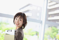 ファイルを持った日本人のビジネスウーマン 10272000789  写真素材・ストックフォト・画像・イラスト素材 アマナイメージズ
