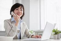 電話で話す日本人のビジネスウーマン