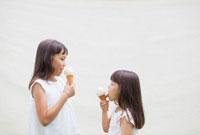 アイスクリームを食べるハーフの姉妹