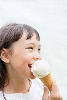 アイスクリームを食べるハーフの女の子