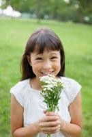 花束を持ったハーフの女の子