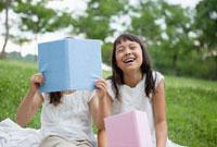読書するハーフの姉妹 10272000850| 写真素材・ストックフォト・画像・イラスト素材|アマナイメージズ