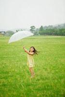 傘をさしたハーフの女の子