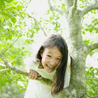 木登りをするハーフの女の子