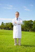 草原に立つ白衣を着た医者