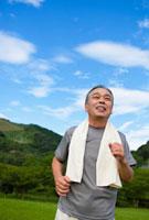 ジョギングをする日本人シニア男性
