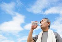 水を飲む日本人シニア男性