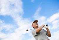 ゴルフをする日本人シニア男性 10272000897| 写真素材・ストックフォト・画像・イラスト素材|アマナイメージズ