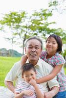 日本人の祖父と姉と弟 10272000900| 写真素材・ストックフォト・画像・イラスト素材|アマナイメージズ