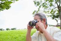 カメラで写真を撮る日本人シニア男性 10272000903| 写真素材・ストックフォト・画像・イラスト素材|アマナイメージズ