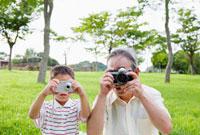 並んで写真を撮る祖父と孫