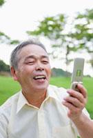 携帯電話を見る日本人シニア男性 10272000908| 写真素材・ストックフォト・画像・イラスト素材|アマナイメージズ