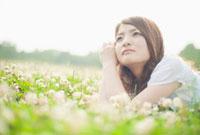 草原で寝転がる日本人女性