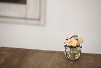 テーブルの上に飾られた花