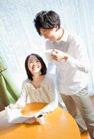 リビングでくつろぐ日本人カップル