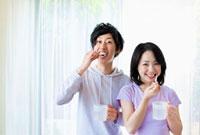 歯を磨く日本人カップル