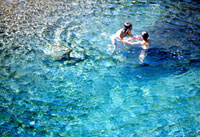 川で泳ぐ日本人の子供