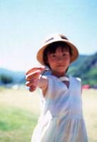 トンボを持った手をのばす日本人の女の子