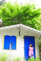 青い扉の前に立つハーフの女の子