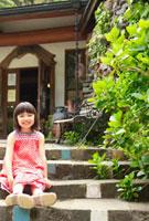 階段に座るハーフの女の子