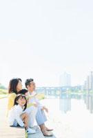 河川敷に座る日本人家族