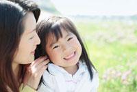 寄り添う日本人の母と娘