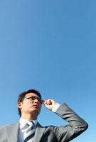 眼鏡を持つ日本人ビジネスマン