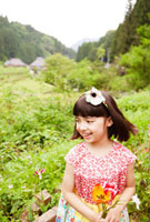 花を持ったハーフの女の子
