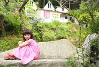 石のイスに座るハーフの女の子