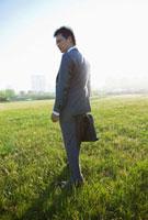 草原に佇む日本人ビジネスマン 10272001729  写真素材・ストックフォト・画像・イラスト素材 アマナイメージズ