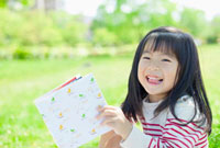 本を持って笑う女の子