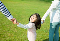 両親と手を繋ぐ女の子