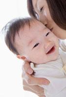 赤ちゃんの頬にキスをする母親