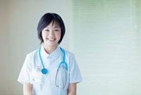 聴診器を首にかけた看護師