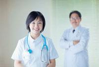 看護師と医師 10272001955| 写真素材・ストックフォト・画像・イラスト素材|アマナイメージズ