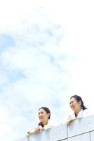 空の下で遠くを見る2人の日本人女性