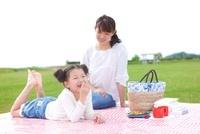 ピクニックをする日本人の母と娘