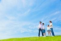 草原に立つ日本人家族