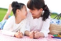 見つめ合って笑う日本人の母と娘
