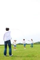 縄跳びをして遊ぶ日本人家族