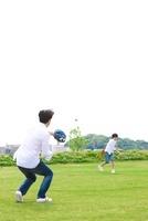 キャッチボールをする日本人の父と息子