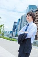 上着を脱いで腕組みをする日本人ビジネスマン