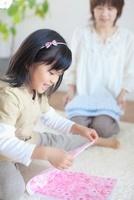 洗濯物をたたむ日本人の母と娘