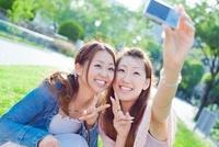 笑顔で写真を撮る2人の日本人女性